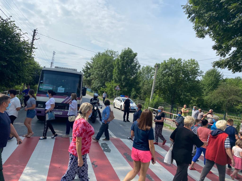 Мешканці Галича перекрили дорогу національного значення: ФОТО, ВІДЕО