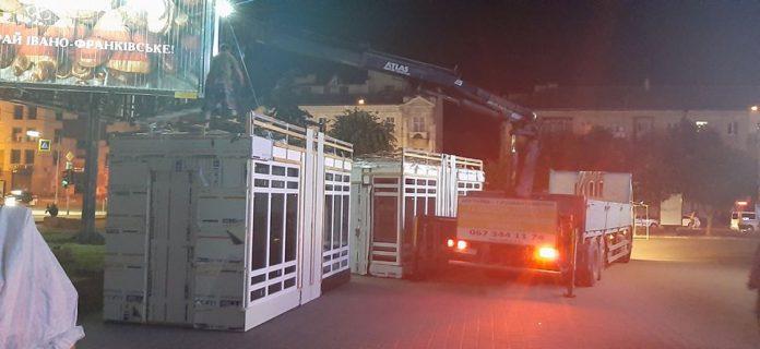 Нема крайніх: міський голова Івано-Франківська не знає, хто поставив МАФи біля універмагу, але вияснить
