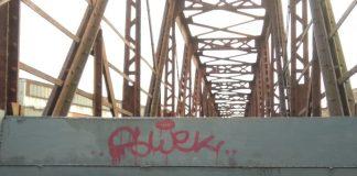 У Франківську вандали понищили нещодавно пофарбований міст через колію ФОТОФАКТ