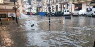 У Франківську сильна злива затопила центр міста: фото