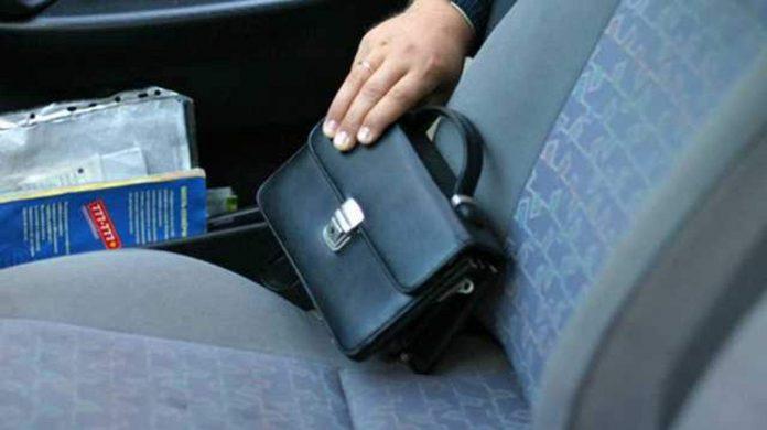 У франківчанина з авто викрали 23 тисячі гривень