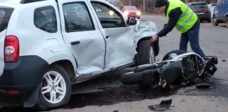 На Прикарпатті батько з неповнолітнім сином на мотоциклі врізались в авто