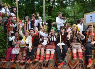 В гуцульському вбранні та з музикою: мешканці Верховинщини під парламентом влаштували акцію протесту, бо хочуть зберегти район ВІДЕО
