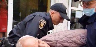 Поліцейські жорстко затримали пенсіонера за стихійну торгівлю. Відео, фото