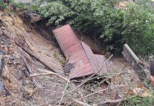 Через рясні дощі та зсув ґрунту обійстя прикарпатця руйнується на очах