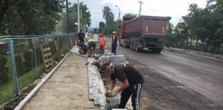 У постраждалому від повені Ланчині відновлюють дорожнє покриття й придорожню інфраструктуру