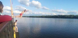 У Коломиї рятувальники прогнали компанію підлітків, які стрибали з мосту у воду