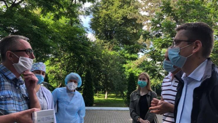 Фонд Порошенка забезпечив обласну інфекційну лікарню ІФА-тестами на антитіла до коронавірусу ФОТО