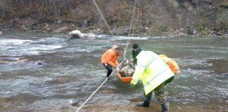 Люди рятувала прикарпатця, який впав у гірську річку