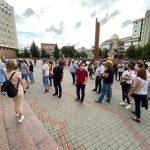 Десятки обурених підприємців зібрались під будівлею Франківської ОДА, вимагаючи скасувати заборону на проведення масових заходів ФОТО