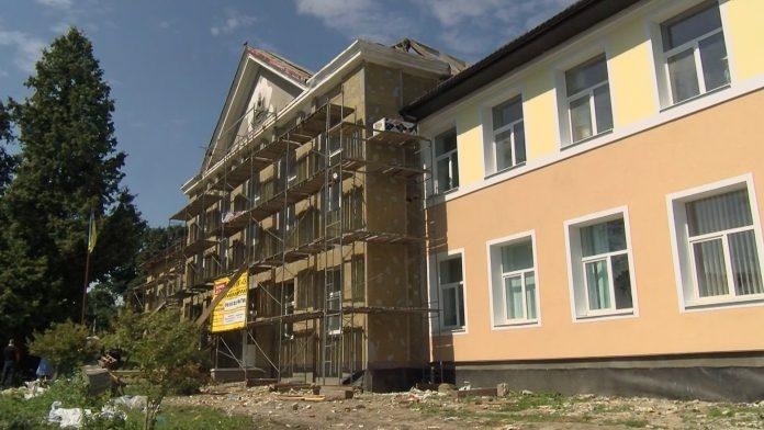 Обвалена стеля та дірявий дах: на Прикарпатті розпочали ремонт аварійної школи ВІДЕО