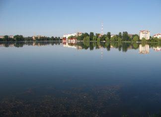 У Франківську на міському озері рятувальники викликали поліцію на громадянина, який ігнорував заборону