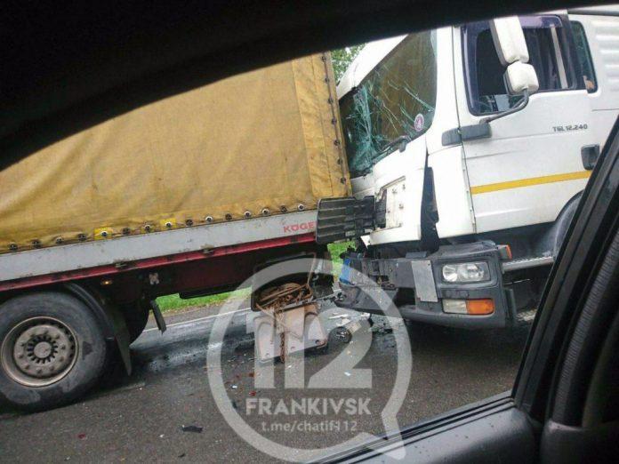 Неподалік Франківська зіткнулись дві вантажівки