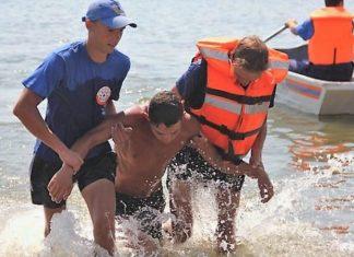 У Франківську двоє відчайдухів взялись перепливати озеро