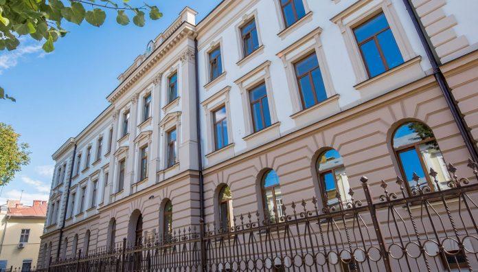 У Івано-Франківську директорів всіх шкіл переведуть на контракт