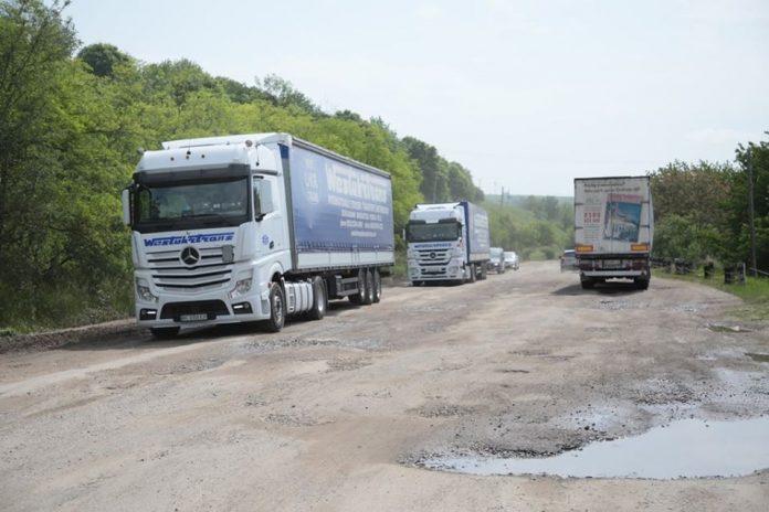 Вантажівки руйнують прикарпатські автошляхи