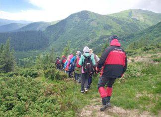 Рятувальники прийшли на допомогу туристам з малолітніми дітьми, які заблукали в Карпатах