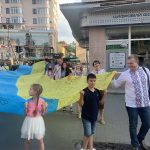 Мешканці Франківська пронесли 20-метровий жовто-блакитний прапор головною вулицею міста: фото