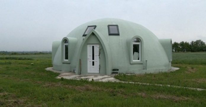 На Франківщині подружжя звело будинок-купол з пінопласту