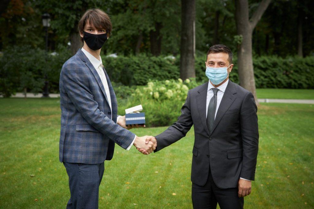 Прикарпатський випускник-відмінник отримав від Зеленського цінний подарунок ФОТО