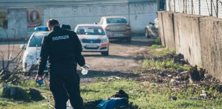 На Прикарпатті рятувальники витягнули із димохідної труби колишнього заводу тіло 19-річного юнака
