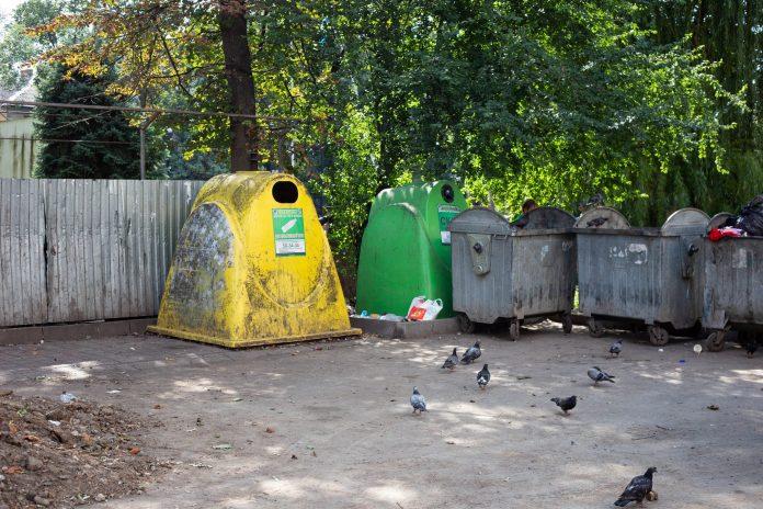 """Франківськ """"тоне"""" у смітті: замість контейнерного майданчика в новобудовах облаштовують парковки"""