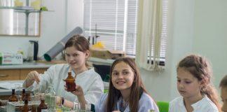 Науці потрібні дівчата. Як франківські школярки знаходять себе у STEM