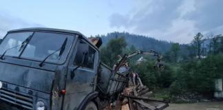 В Карпатах, під навантаженим лісовозом провалився дерев'яний міст