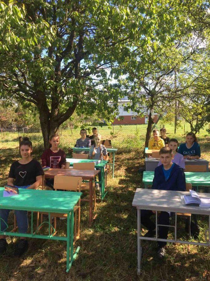 «Червона зона» не перешкода - у прикарпатському селі школярі навчаються на свіжому повітрі