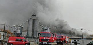 Пів сотні рятувальників гасили масштабну пожежу свинокомплексу на Прикарпатті ФОТО