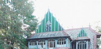 У гуцульському містечку Косів руйнується на очах одна зі старих будівель санаторію ФОТО