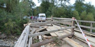 В Карпатах облаштовують об'їзд моста, пошкодженого навантаженим лісовозом ФОТО