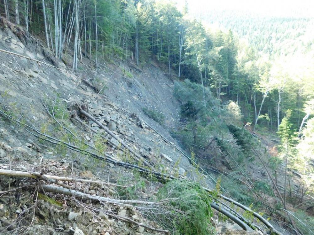 На території нацпарку «Гуцульщина» стався зсув ґрунту ФОТОРЕПОРТАЖ