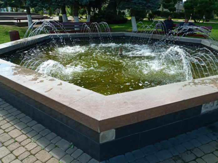 У центрі Снятина вандал пошкодив міський фонтан ФОТО