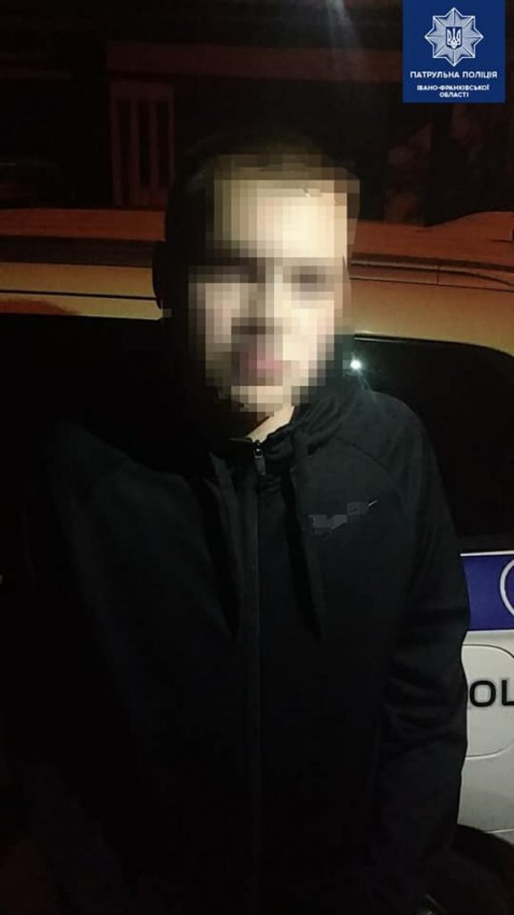 У Франківську патрульні їхали на виклик про порушення тиші, а натрапили на наркотики ФОТО