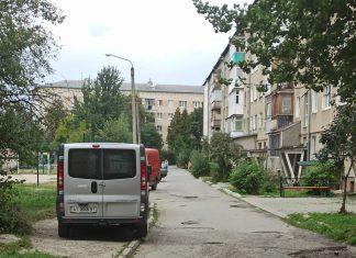 Франківська активістка на візку розповіла, що вже чотири роки не може дочекатися ремонту двору