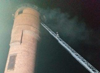 На Прикарпатті спалахнула водонапірна вежа - довелось евакуйовувати автомобілі, що стояли неподалік