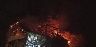 У прикарпатському селі вщент згоріли дах і горище будинку ФОТО
