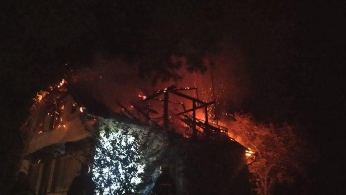 6 прикарпатських рятувальників ліквідовували пожежу житлового будинку