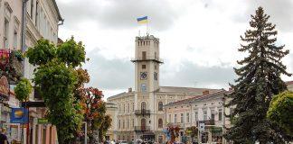 У середмісті Коломиї встановлюють сучасне освітлення ВІДЕО