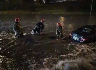 Під мостом на Пасічну вода підтопила автівку - допомогають рятувальники ВІДЕО