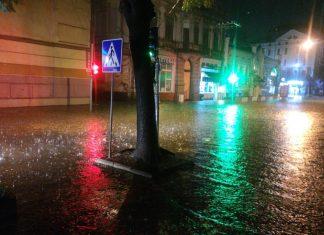 Після рясної зливи середмістя Івано-Франківська пішло під воду ВІДЕО