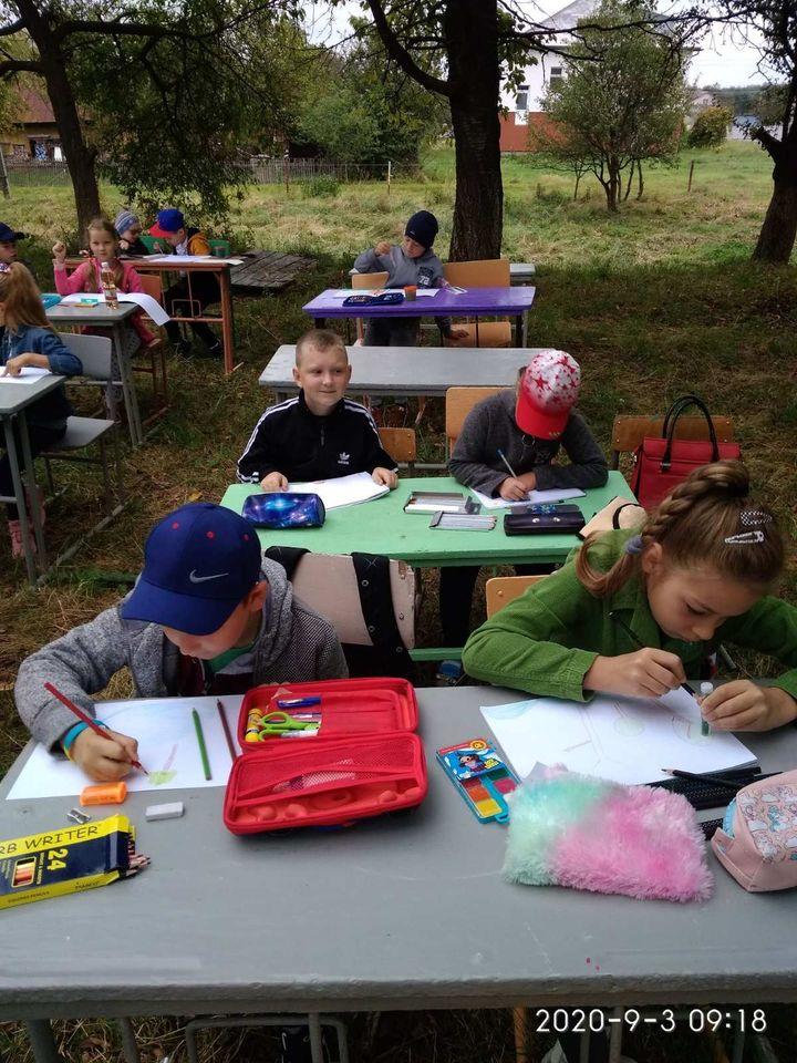 «Червона зона» не перешкода - у прикарпатському селі школярі навчаються на свіжому повітрі ФОТО