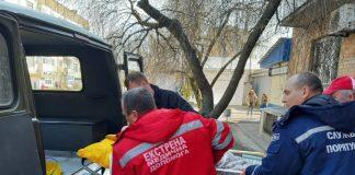 Рятувальники допомогли лікарям транспортувати важкохвору франківку