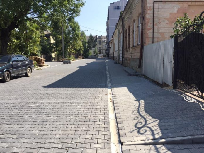 В центрі Івано-Франківська ремонтують ще одну вулицю