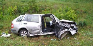 На Прикарпатті «Skoda» злетіла з дороги в кювет. Одна людина загинула, ще одна – травмована