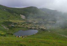 У Карпатах небайдужі волонтери прибирають довкола озера Несамовите