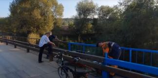 На Прикарпатті перед приїздом президента вперше фарбують міст ВІДЕО