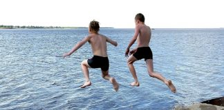 Прикарпатські рятувальники заборонили підліткам купатися в небезпечому місці
