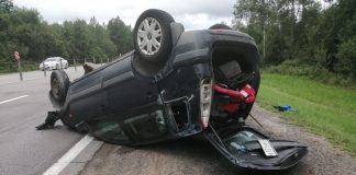 У селі на Прикарпатті авто на шаленій швидкості злетіло у кювет і перекинулось є травмовані, серед яких 5-річна дитина